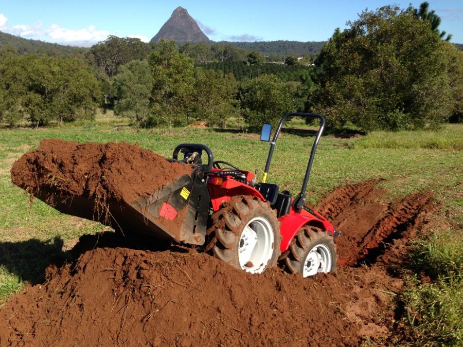 AGT 850 Tractor with Agilator Bucker